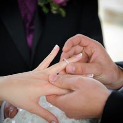 プロポーズで指輪を渡すシーンのイメージ