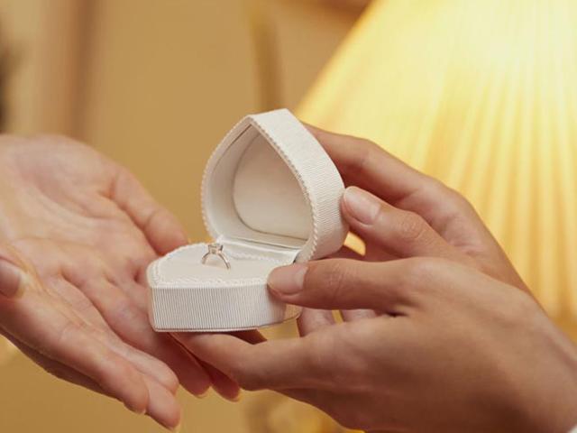 婚約指輪を渡すイメージ