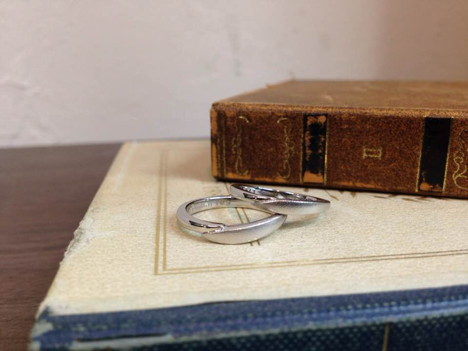 プラチナ・V字ラインのマットな結婚指輪 | 結婚指輪手作り作品