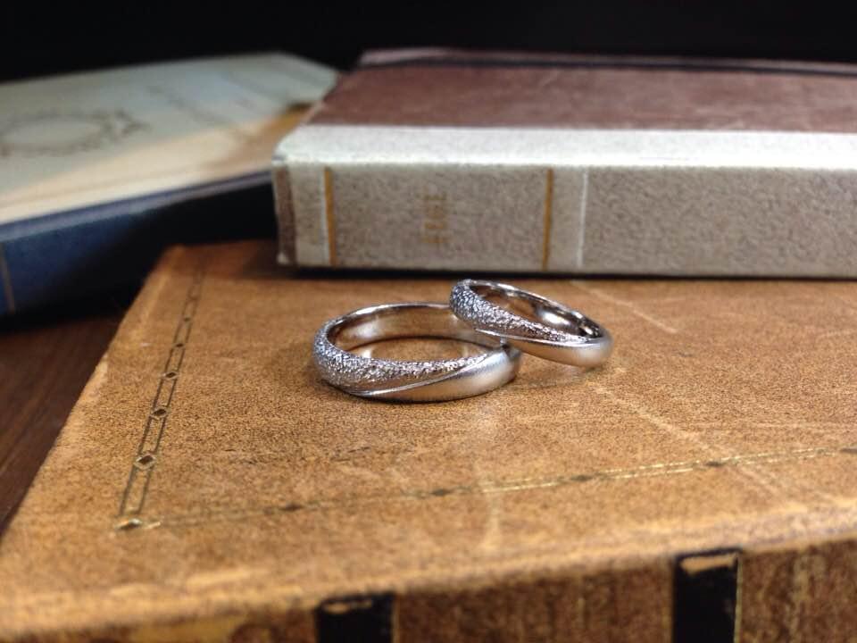 技ありテクスチャ、ホワイトゴールドの結婚指輪 | 結婚指輪手作り作品