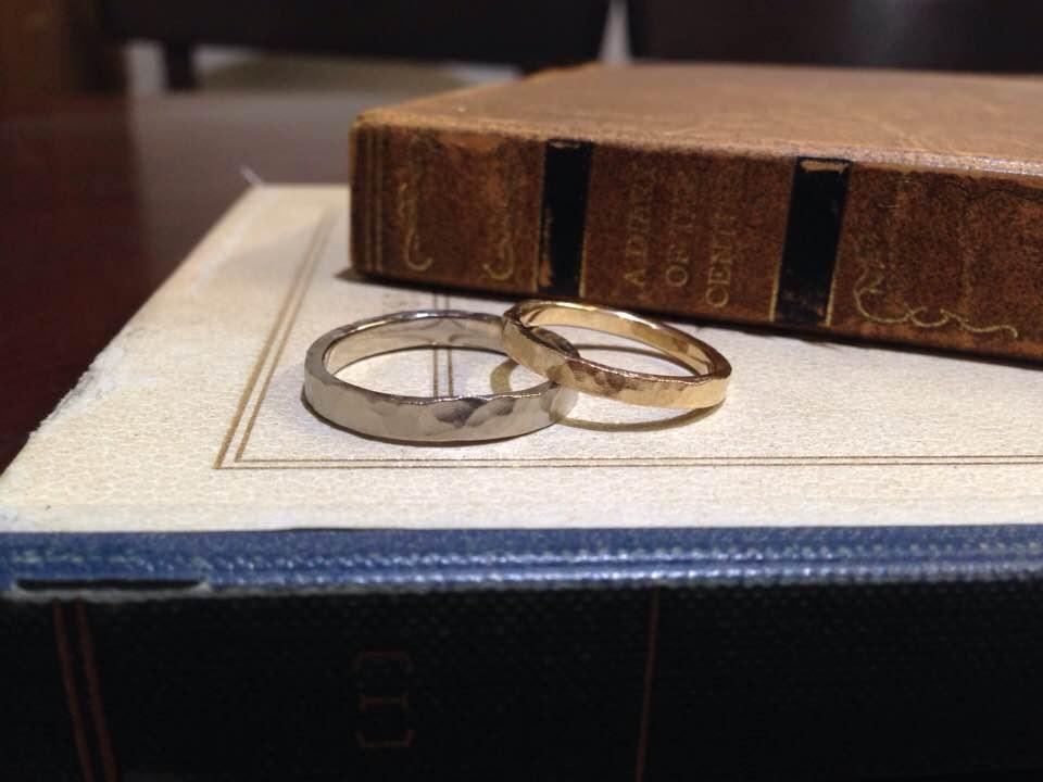 鎚目マット仕上げのゴールド結婚指輪 | 結婚指輪手作り作品