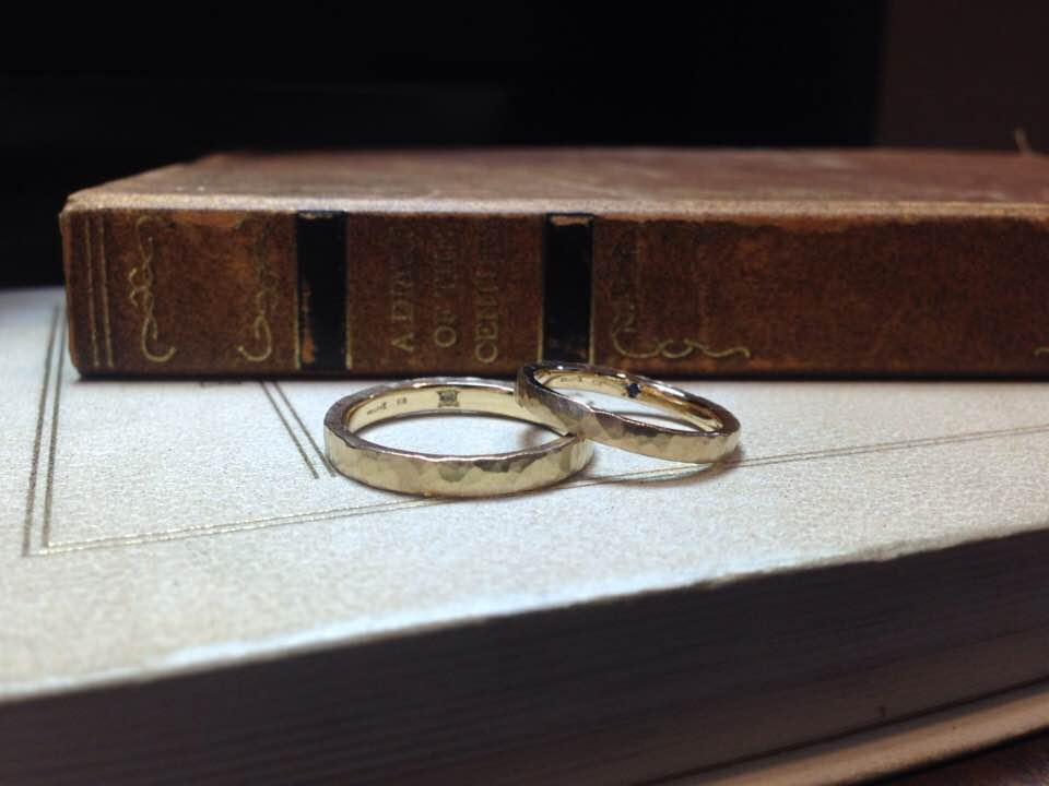 結婚指輪手作り作品 「ホワイトゴールド、鎚目の結婚指輪」