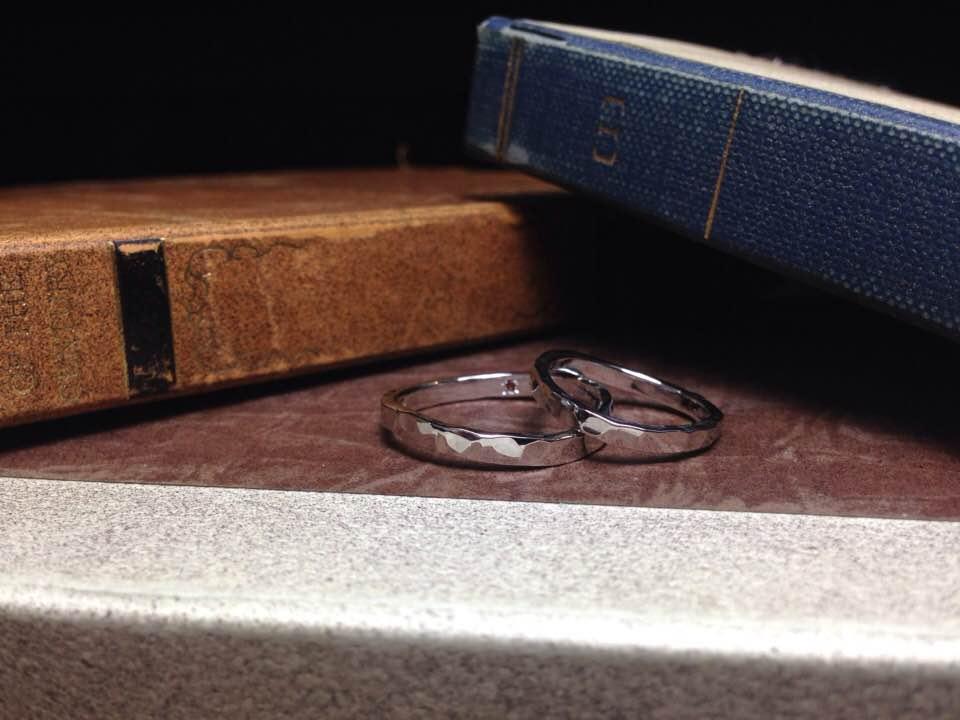 結婚指輪手作り作品 「ゆるやかウェーブ、鎚目のプラチナ結婚指輪」
