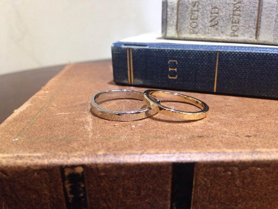 結婚指輪手作り作品 「イエローゴールド、ホワイトゴールド、鎚目の結婚指輪」